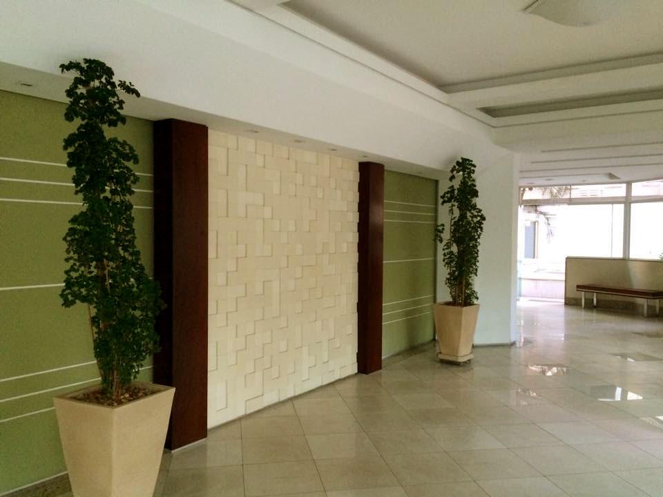 As cores claras nas áreas comuns favorecem a entrada de luz natural do edifício.