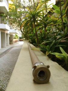 O cano com furos faz a rega das plantas sem desperdícios de água.