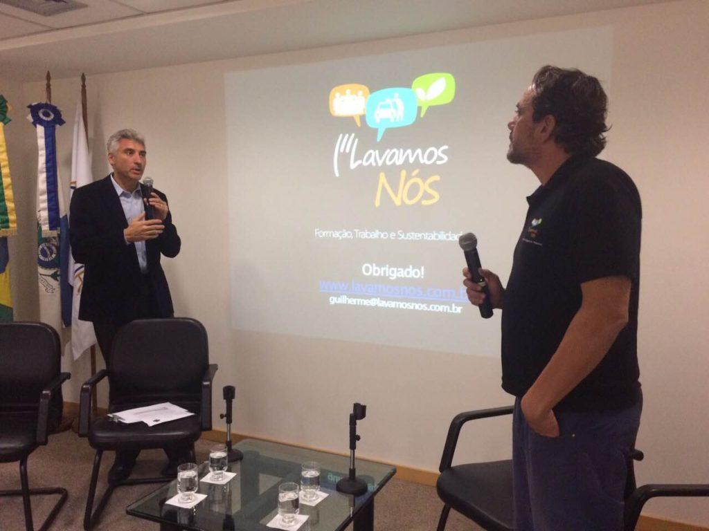 O diretor da Lavamos Nós, Gui Motta e o Vice-Presidente Administrativo do Secovi Rio Ronaldo Coelho Netto em evento sobre economia de água realizado no Secovi Rio.