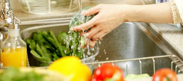 como-economizar-agua-ao-lavar-alimentos-620x274