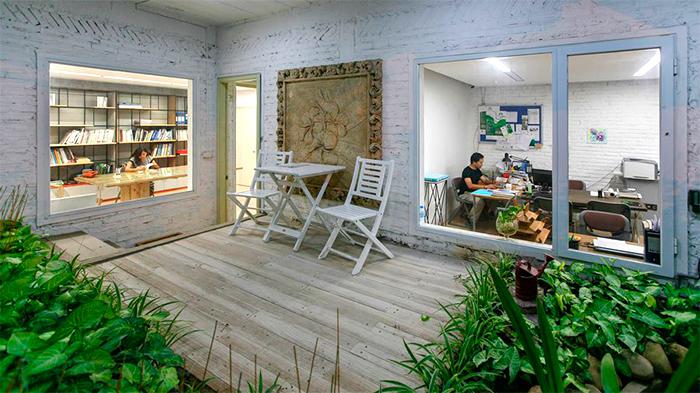 casa-abandonada-vira-escritorio-verde-05
