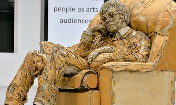artista-transforma-papelao-em-esculturas-humanas-realistas