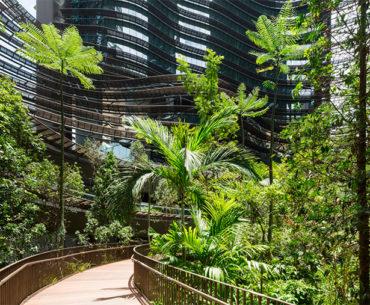 Edifício misto possui pequena floresta em Cingapura