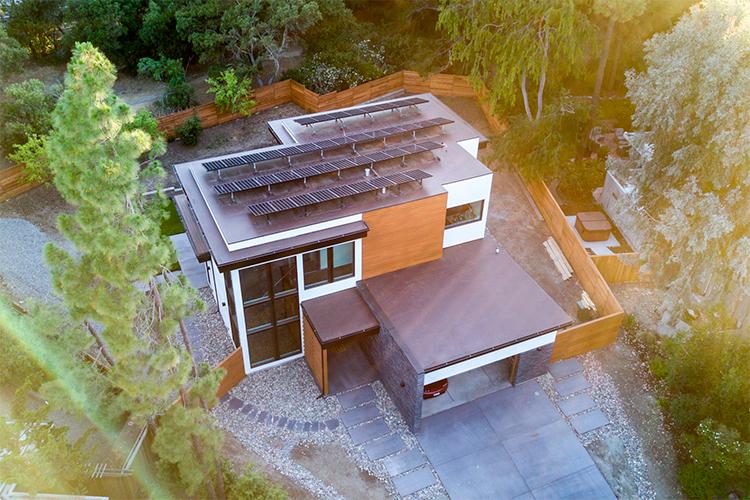 Cientista do clima constrói linda casa autossuficiente