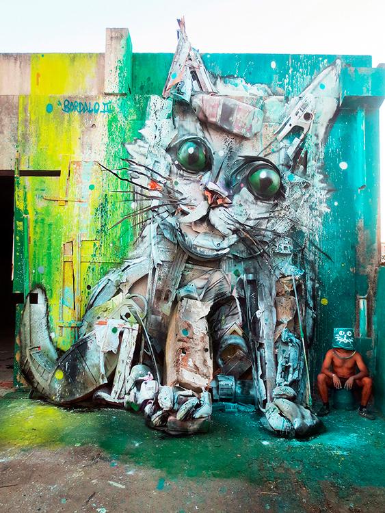 Artista transforma lixo em esculturas urbanas