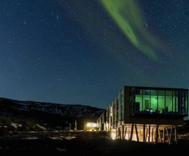 """Aurora boreal é vista de """"camarote"""" em hotel sustentável"""