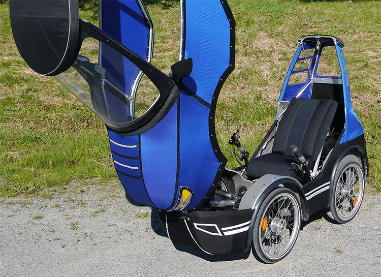 Bicicleta de quatro rodas tem formato de carro