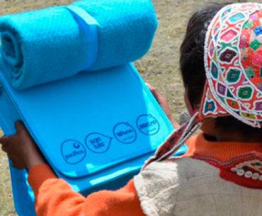 Ponchila: a mochila com poncho embutido, feita com plástico reciclado
