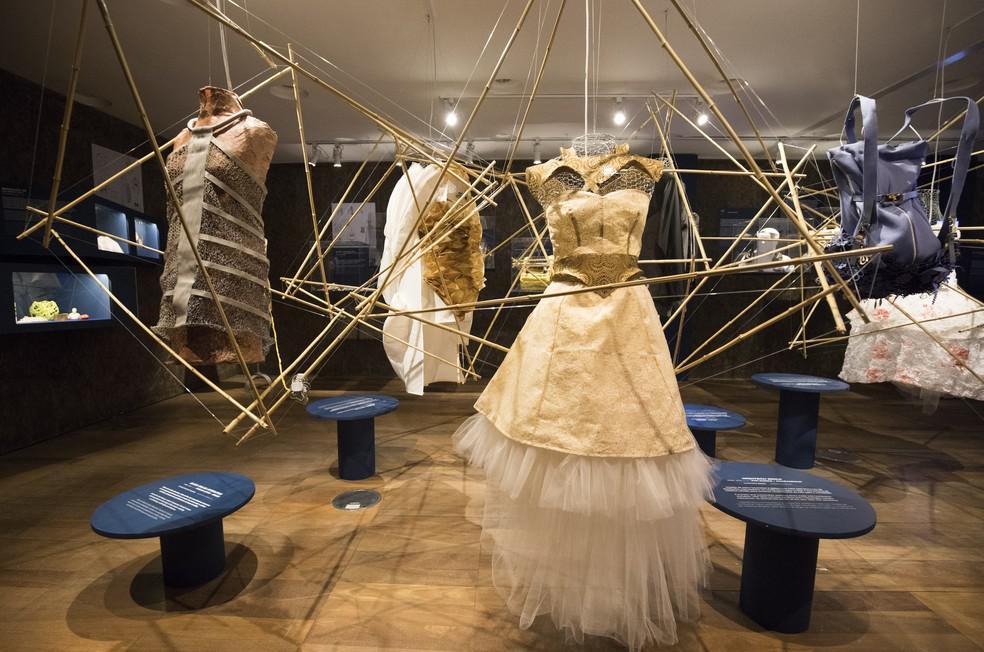 aea3013ae4 Sabe-se que a indústria da moda é uma das principais colaboradoras da  deterioração dos recursos naturais do planeta. Desde os anos 1990, a  produção de ...