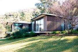 Casa na Austrália possui parede de tijolos reciclados