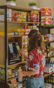 Minimercados oferecem comodidade para se comprar mantimentos no conforto de casa